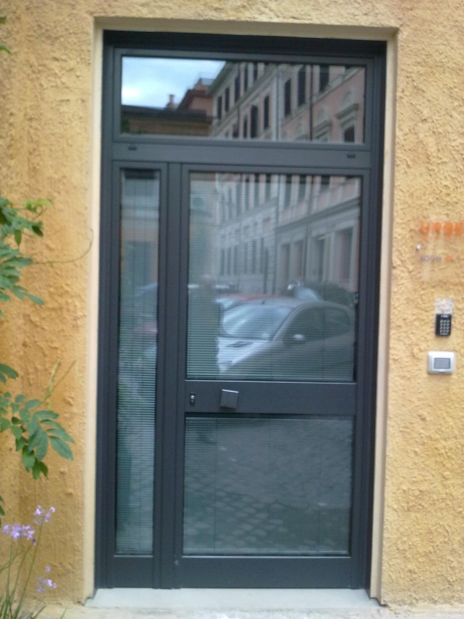 Realizzazione porte e vetrine per negozi in ferro e ...